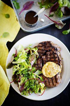 Entrecôte-pihvi viski-salottivoin ja vihreän salaatin kera
