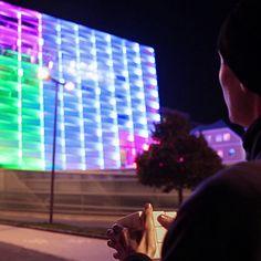 Já pensou jogar um cubo mágico gigante? Foi o que o designer industrial Javier Lloret fez, transformando um prédio em um cubo mágico gigante. Confira!