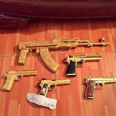 4. En las mismas exponen su vida de lujos y excentricidades. En la foto de arriba podemos ver una colección de armas de oro, que probablemente cuesta más de lo que una persona común puede ahorrar en toda su vida.