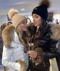 Fur Fashion, Winter Fashion Outfits, Womens Fashion, Ootd Fashion, Puffer Coat With Fur, Fur Coat, Moncler Jacket Women, Fur Accessories, Outfits With Hats