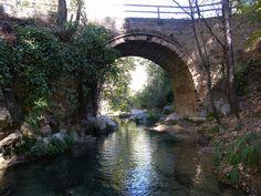 Cazorla (Jaén): Puente de las Herrerías cerca del nacimiento del Guadalquivir.  Cuenta la leyenda que fue construido en una sola noche para que la reina Isabel de Castilla pudiera cruzar el rio en su camino hacia la conquista de Granada.
