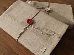 "Tuto Couvre-livre en tissu par ""Doucecampanule.canalblog.com"" Bandana Bib Pattern, Fabric Book Covers, Jute Fabric, Jute Bags, Couture Sewing, Macrame Patterns, Book Making, Bookbinding, Diy Crochet"