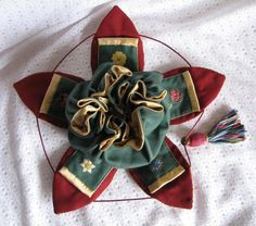 The petal bag when open, showing the embroidered inner pockets Great idea as a gift, or for jewellery storage. From the Elizabethan Needlework book. Embroidery Patterns, Sewing Patterns, Potli Bags, Dice Bag, Sewing Accessories, Filet Crochet, Jewellery Storage, Pin Cushions, Purses And Bags