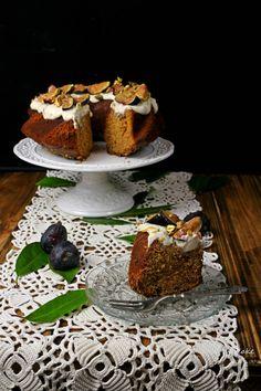 Bundt cake de miel, pistachos y mermelada de higos con crema de queso y naranja