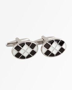 Siyah - Beyaz Kareli Kol Düğmesi   Siyah ve beyazın yıllardan beri süregelen kusursuz uyumuna sahne olan kol düğmesini, italyan yaka, duble manşet beyaz gömlek ve siyah takım elbiseyle birlikte hem gündüz hem de gece kullanabilirsiniz.  http://www.bisse.com/p-720-syah-beyaz-karel-kol-dmes.aspx