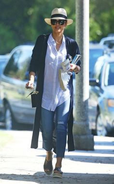 Jessica Alba Outfit, Jessica Alba Casual, Jessica Alba Style, White Shirt Outfits, Stylish Maternity, Mom Style, Western Wear, Jeans Style, Daily Fashion