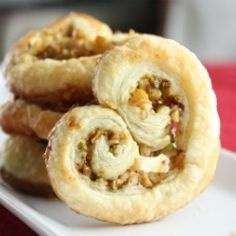 Heart Shaped Baklava Palmiers: What do you get when France and Greece fall in love? A Baklava Palmier! A greek twist on a delicious french classic. Try them this Valentine's Day! Bakery Recipes, Cooking Recipes, Sweet Pastries, Honey And Cinnamon, Yummy Appetizers, Cooking Time, Biscotti, Love Food, Cravings