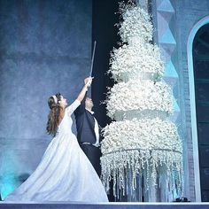 We would LOVE a slice of this gorgeous wedding cake ! _____________________ ▪Wedding planner : Baz events @bazevents. ▪Wedding dress : Georges Hobeika @georgeshobeika ▪Floral decoration : Ikebana @ronibassil ▪Photographer : Edgar makhoul @edgarmakhoul. ▪Makeup artist : Bassam fattouh @bassamfattouh. ▪Hair dresser : yehia and zakaria @yehiaandzakaria. ▪Headpiece: @cbheadpieces ____________________ #lebaneseweddings @doujabourgi