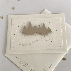 Endlich bin ich auch soweit... die ersten Weihnachtskarten sind fertig. Den Schimmer der Tannenbäume könnt ihr bestimmt erahnen... #weihnachten2017 #weihnachtskarten #alexandrarenke #sterne #gold #memorybox