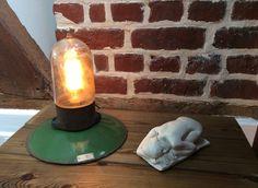 Lampe recup faite avec une ancienne suspension email, Bakélite et globe verre : Luminaires par lampesoriginales