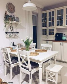 Chairs and table Diy Kitchen Decor, Kitchen Interior, Kitchen Dining, Dining Room Table Decor, Dining Room Design, Small Space Interior Design, Home Kitchens, Kitchen Remodel, Sweet Home