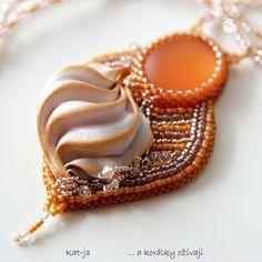 Pusinka Pusinka, zmrzlina, šlehačka...sladký a romantický náhrdelník v meruňkových tónech s matným kabošonem zvaným Lunasoft a hedvábnou Shibori Ribbon Přívěsek je vytvořený technikou bead embroidery, zadní strana je řádně začištěná ultrasuede. Rozměry: velikost přívěsku je cca 6 x 4,5 cm, délka náhrdelníku je 46 cm Použitý materiál:kabošon Lunasoft, ...