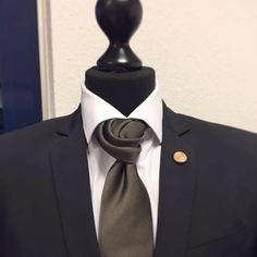 Unsere Mitarbeiterin Kathrin hat sich an dem Rose Bud Tie Knot versucht..und das ist das Ergebnis <3  Mit der Krawatte Napoli von Uli Schott - The unknown brand <3 #inspirationoftheday