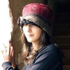 ♦ SU ORDINAZIONE  Un sentito cappello del banda rossa realizzata con lana Merino tortora, nero, Bordeaux, rosso. Design unico a mano.  tecnica Nuno-infeltrimento(feltro e tessuto). È fatto con pura lana merino e cotone.  Lana merino è stese sottilmente su di un tessuto di cotone check. Il risultato è un cappello leggero, morbido e caldo. Questo cappello ha una super a mano Spilla fiore sul lato del cappello. Ho attaccato con una spilla metallo così puoi spostarlo intorno il cappello o…