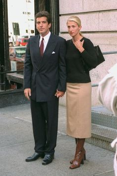 These are the fall style lessons I learned from Carolyn Bessette-Kennedy's iconic fashion sense. Jfk Jr, John Kennedy Jr, Carolyn Bessette Kennedy, 90s Fashion, Autumn Fashion, Celebrities Fashion, Classic Fashion, Fashion Sets, Fashion 2020