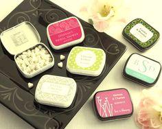 Caramelos, bebidas, chocolates y productos de belleza personalizados son de los Souvenirs más elegidos para bodas.