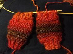 Arkimamman Arkiralli: Junasukat vauvalle kaksi sukkaa kerralla - ohje Leg Warmers, Fingerless Gloves, Knitting, Magic Loop, Socks, Baby, Ideas, Gloves, Leg Warmers Outfit