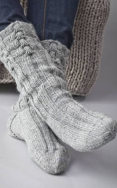 Knitted man's socks with cables Shoe size of about 42 ~ FREE pattern
