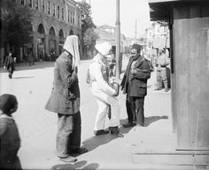 Bir İngiliz deniz piyadesi bir Türk'ün çantasını kontrol ediyor. İşgal altındaki İstanbul, 1919.