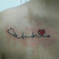 Feita pela tatuadora: Caroline Castro. Batimentos em estetoscópio com coração.