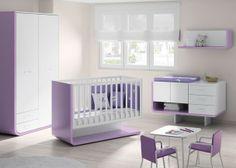 Dormitorio bebé con cuna modelo aire con barandilla móvil, pieza curva a la izquierda, cómoda con puerta y cajones, armario.