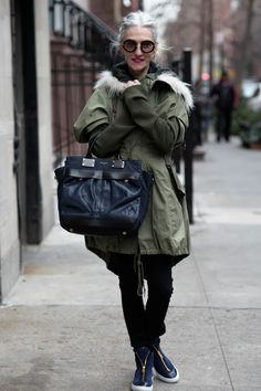 Linda Rodin wraps up warm looks cool. Via Advanced Style Mature Fashion, Fashion Over 50, Looks Style, Looks Cool, Fashion Moda, Look Fashion, Street Fashion, Fashion Trends, Mode Ab 50