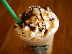 Starbucks Secret Menu: Twix Frappuccino Order a caramel frappuccino with extra caramel, one pump of hazelnut syrup. Have java chips and whipped cream blended in and top it off with mocha drizzle. Café Starbucks, Starbucks Recipes, Starbucks Frappuccino, Starbucks Flavors, Starbucks Hacks, Nutella, Yummy Drinks, Yummy Food, Fun Drinks