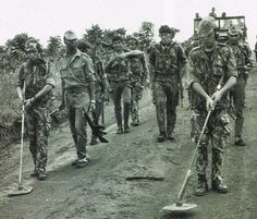 Portuguese soldiers with mine detectors - African Colonial War 1961-74
