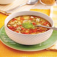 Vous avez un reste de poulet? L'orzo et le pesto l'accompagneront à merveille dans cette soupe savoureuse!