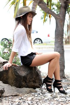 Leather shorts and strappy heals. I'd go longer on the shorts or do a skirt but love the style. Fashion Photo, Fashion Beauty, Celebrity Updates, Fashion Brand, Womens Fashion, Madame, Pretty Outfits, Pretty Clothes, Chic Outfits