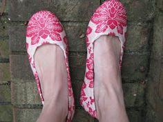Mod Podge Flats http://www.makeit-loveit.com/2009/08/mod-podge-shoes.html