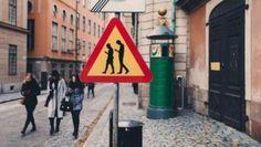 Suecia: carteles para advertir sobre... gente mirando el celular