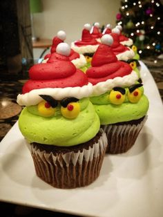 Super cute grinch cupcakes! Perfect dessert for a Christmas or school class Party. Such a fun and easy Dr. Seuss cake idea!