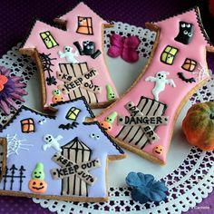 Halloween House s Halloween Cookies Decorated, Halloween Sugar Cookies, Halloween Baking, Halloween Food For Party, Halloween Desserts, Halloween Treats, Halloween House, Decorated Cookies, Fall Cookies