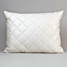 Szatén gyapjú párna  Elegáns megjelenésű, magas minőségű párna. 100% természetes alapanyagból készül, fedőanyaga tiszta pamut, töltete gyapjú, ez teszi különlegessé a terméket. Natúr színű, selymes fényű, puha tapintású, bőrbarát párna. A gyapjú a saját súlyának akár 40%-áig képes az alvás közben keletkező párát felvenni és megkötni, ezáltal alvás közben folyamatosan száraz, meleg érzetet biztosít. Vegytisztítást igényel.
