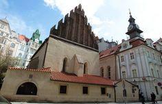 Staronová synagoga je nejstarší dosud činnou synagogou v Evropě. Pochází ze 13. století a patří mezi nejstarší dochované stavby v Praze.