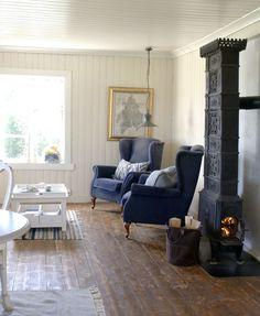 Og utedoen, den er i bruk fortsatt. Accent Chairs, House Plans, Cottage, Couch, Style Inspiration, Furniture, Home Decor, Wood Stoves, Berg