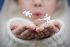 inspirationlane:    (via Tracey's snowflakes in hands.jpg (850×567) picture on VisualizeUs)