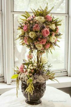 Made out of garden roses, tear roses, rice flower… Topiary Decor, Topiary Centerpieces, Topiary Trees, Decoration, Paper Flower Backdrop, Paper Flowers Diy, Flower Crafts, Paper Floral Arrangements, Design Floral