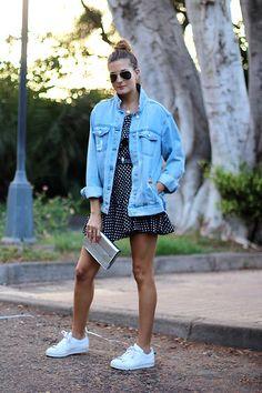 Cómo combinar cazadora vaquera. Vestido de lunares. deportivas BLANCAS. #white #sneakers #dots #dress #denim #style #jacket #fashion #moda #inspiration #marilynscloset  #casual #minimal #sporty