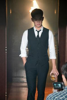 [K-Star]: Overwhelmed by Kim Soo Hyun's youthful and handsome appearance at the backstage drama 'Hotel Del Luna' Korean Star, Korean Men, Kim Soo Hyun Abs, Kim Soo Hyun Real, Song Joon Ki, Handsome Korean Actors, Kim Sohyun, Moda Emo, Kdrama Actors