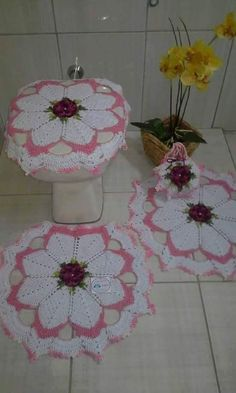 Could see this in red, green & white Christmas! Crochet Tablecloth Pattern, Crochet Curtains, Crochet Doilies, Crochet Patterns, Diy Home Crafts, Creative Crafts, Crochet Snowflakes, Crochet Diagram, Bathroom Sets