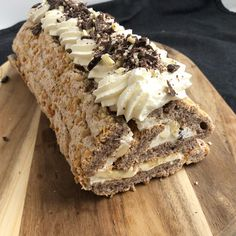 TUC kage - Sommerkage med marcipan og friske bær | Mummum.dk Delicious Desserts, Yummy Food, Sweet Pastries, Creative Cakes, Coffee Cake, I Love Food, Baked Goods, Cake Recipes, Food And Drink