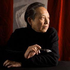 """Gao Xingjian (4 de enero de 1940) es un escritor, dramaturgo y novelista en lengua china que obtuvo el Premio Nobel de Literatura, en el 2000. Su obra refleja influencias del modernismo y el teatro del absurdo. """"La Montaña del Alma"""" es su novela más importante."""