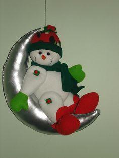 nieve en la luna Christmas Decorations, Christmas Ornaments, Holiday Decor, Handmade Christmas, Snowman, Stitch, Barbie, Felt Wreath, Christmas Crafts