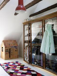 Um guarda roupas de portas de vidros é tudo! Super moderno.