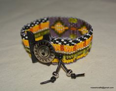 Main surgit bracelet perlé avec graines par RoseArtCrafts sur Etsy