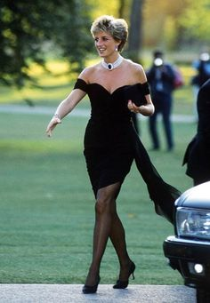 Princess Diana on the day Prince Charles admitted publicly to his affair Princess Diana Revenge Dress, Princess Diana Dresses, Princess Diana Fashion, Princes Diana, Jeans Skinny Blanc, Glamour Mexico, Prince Charles And Diana, Pull Rose, Prinz Charles
