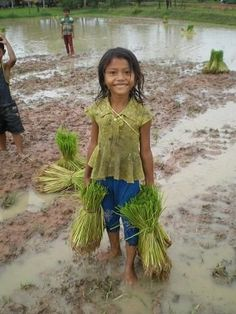 😏😖😬 😱😭😰🔹🔸♍♏ ❴Child labour in Cambodia. Poor Children, Save The Children, Precious Children, Working With Children, Beautiful Children, Beautiful Babies, Life Is Beautiful, Beautiful People, Kids Around The World