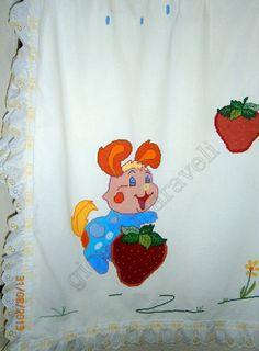 Κουβέρτα βαμβακερή για το κρεβατάκι του μωρού. Εχει κεντηθεί με το χέρι σταυροβελονιά. Γύρω έχει βαμβακερή δαντέλα γκι πουρ που μέσα της περνά κορδελίτσα σατέν που δένει φιογκάκια στις γωνίες. Για τιμή δείτε το κατάστημά μας στην σελίδα:http://www.kentima-pleximo.gr/